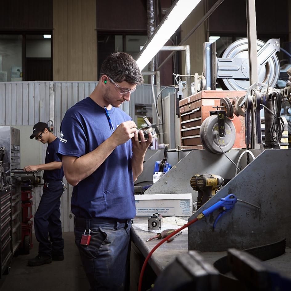 Électromécanicien dans le secteur maintenance